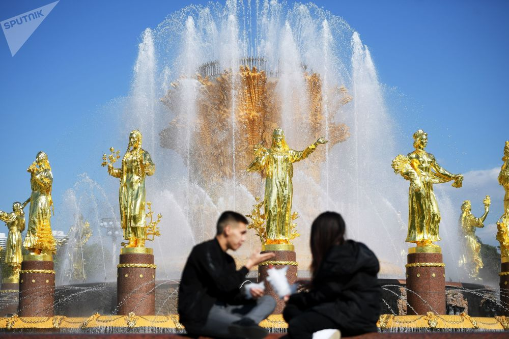 游客在莫斯科国民经济成就展览馆人民友谊喷泉旁