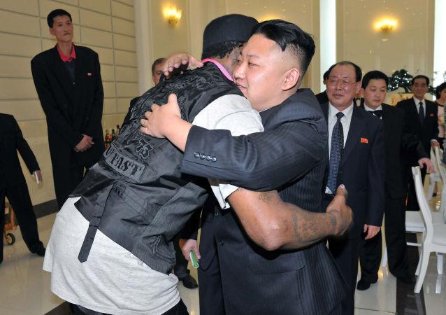 朝鮮最高領導人金正恩在平壤擁抱美國籃球運動員丹尼斯·羅德曼。