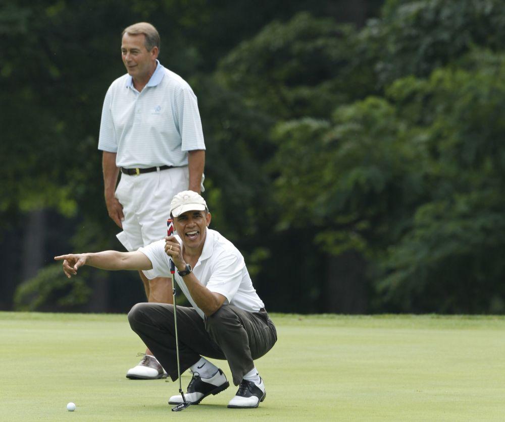 美國總統貝拉克·奧巴馬和眾議院議長約翰·博恩在安德魯斯空軍基地打高爾夫。