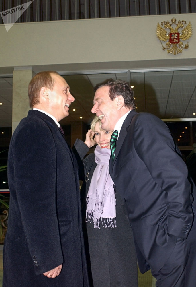 俄羅斯總統弗拉基米爾·普京在莫斯科機場迎接德國總理格哈特·施羅德,2004年。