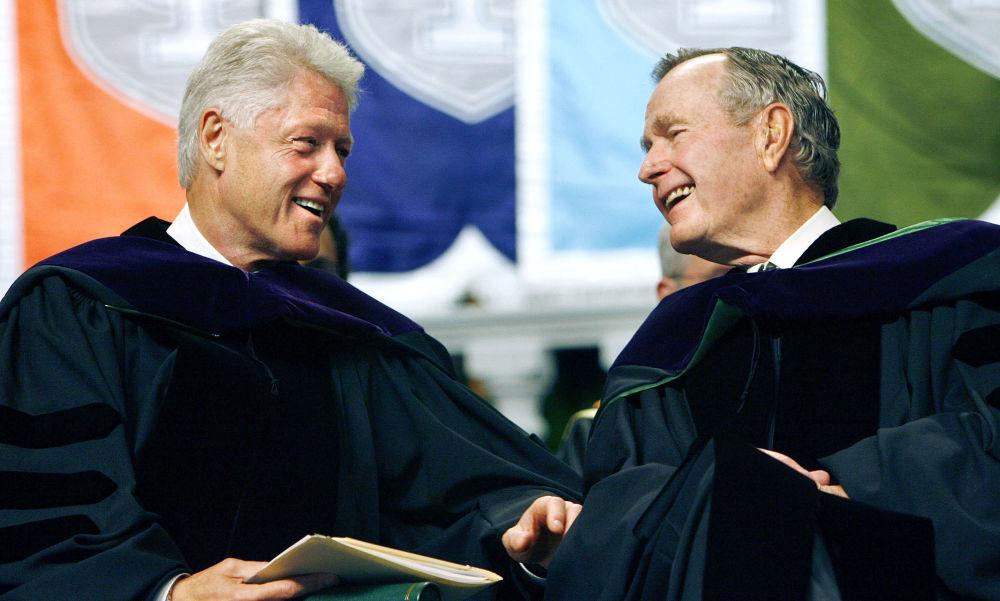美國前總統比爾·克林頓和喬治·布什在新奧爾良杜蘭大學發表演講,2006年。