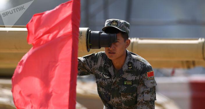 莫斯科郊外阿拉比諾訓練場「坦克兩項-2019」國際比賽開始前,一名中國軍隊軍人在瞄靶射擊。