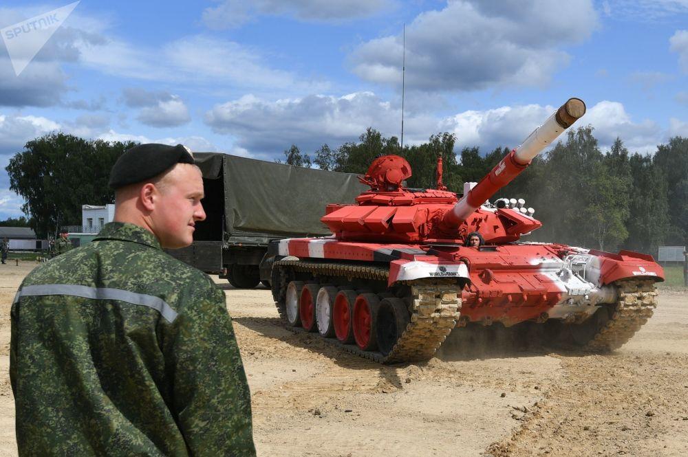 """白俄罗斯军队一辆T-72B3坦克在为""""坦克两项-2019""""国际比赛做准备。"""