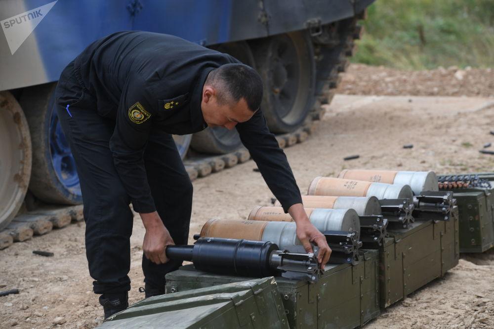吉尔吉斯斯坦军队一名军人在为T-72B3坦克准备弹药。