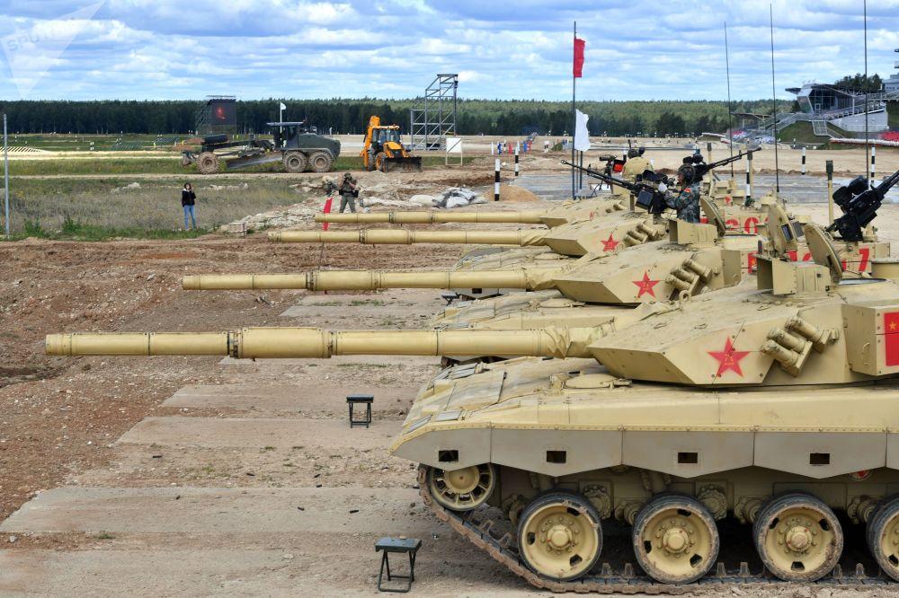 """中国军队99式坦克(ZTZ-99)在""""坦克两项-2019""""国际比赛前瞄靶射击。"""