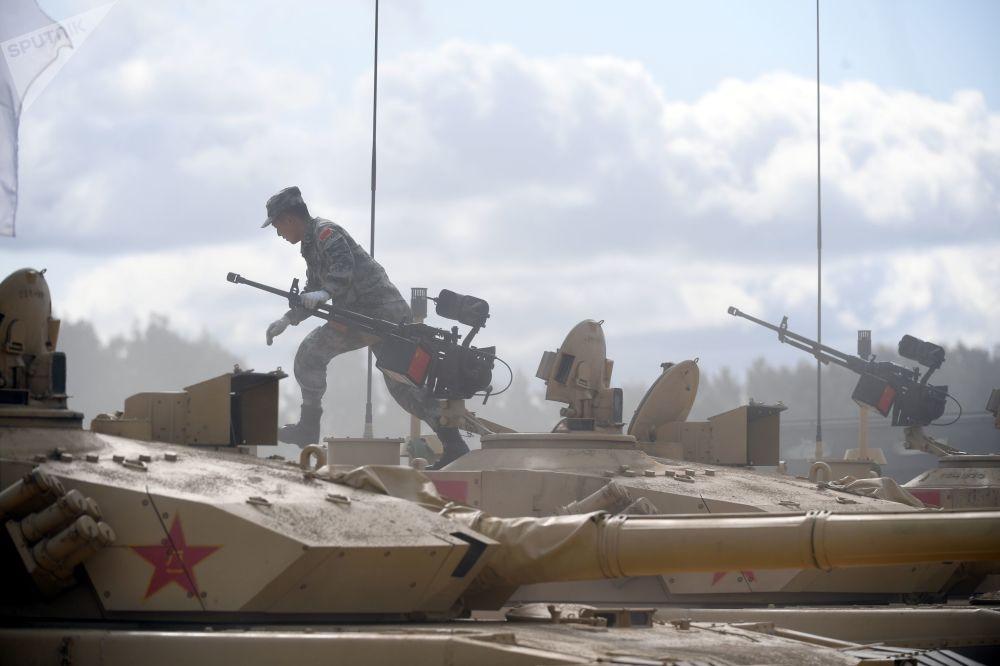 """中国军队一名军人驾驶99式坦克(ZTZ-99)在""""坦克两项-2019""""国际比赛前瞄靶射击。"""
