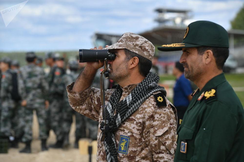 """伊朗军队军人在准备""""坦克两项-2019""""国际比赛。"""