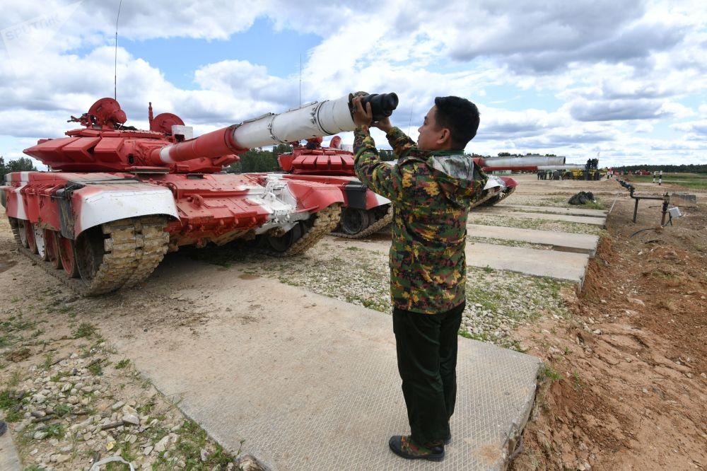 """缅甸军队一名军人在""""坦克两项-2019""""国际比赛前瞄靶射击。"""
