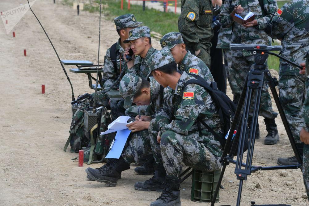"""中国军队的军人在""""坦克两项-2019""""国际比赛之前瞄靶射击。"""