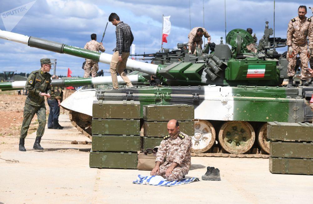 """伊朗军队一名军人在准备""""坦克两项-2019""""国际比赛。"""