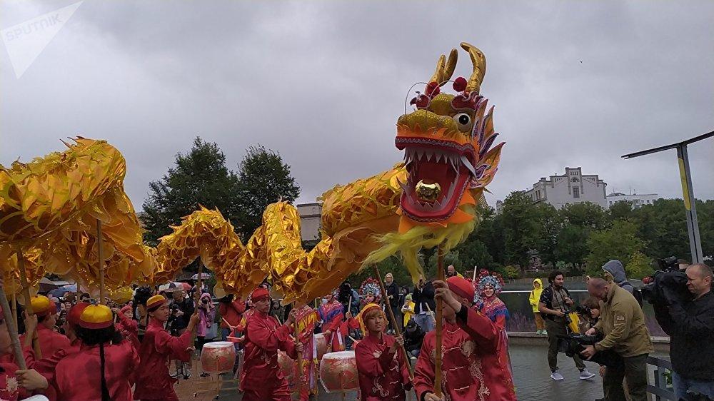 为熊猫庆生,动物园准备了一整套活动,包括中国腰鼓和舞龙表演。