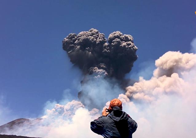 意大利埃特納火山蘇醒
