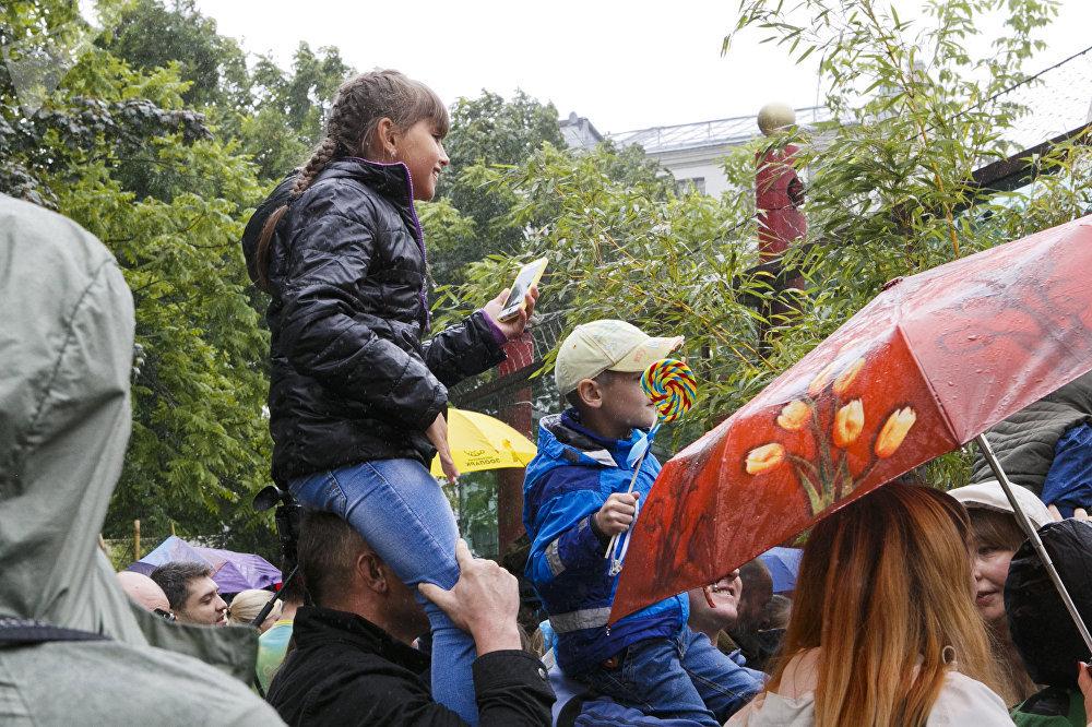尽管阴雨天气,庆生活动仍吸引了大量的游客。