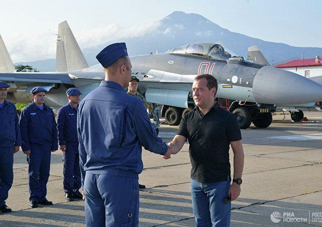 俄总理会见战斗巡航伊土鲁朴岛的苏-35机组人员