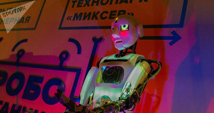 机器人鲍里斯喜欢和孩子们交流