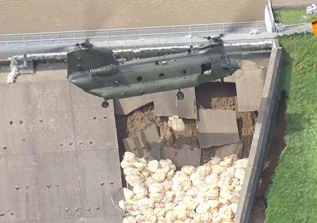 英国使用直升机投放沙袋加固大坝