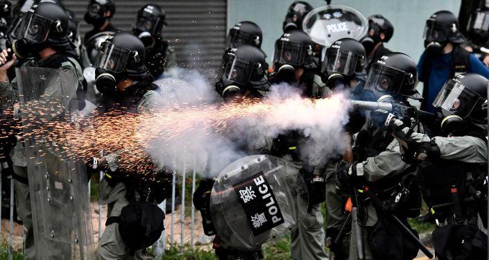 香港警方在理工大學附近發射催淚瓦斯
