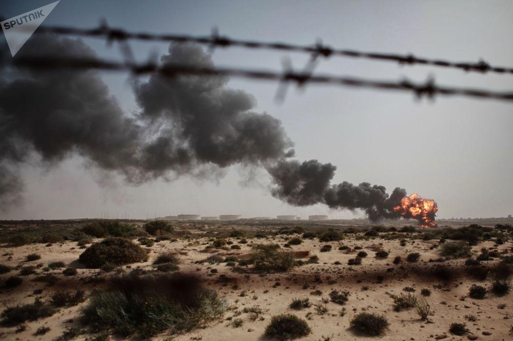 利比亞佈雷加市焚燒石油生產過程中產生的廢物。