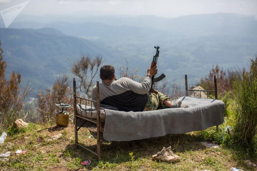 一名叙利亚士兵躺在床上俯瞰科萨布市。