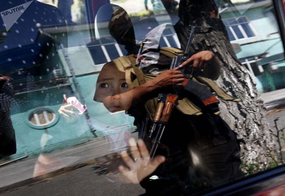 特种部队为查明参与骚乱的人士突袭乌兹别克人聚居地。
