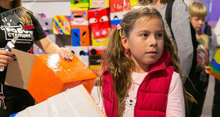八岁的丽莎是机器人站的常客