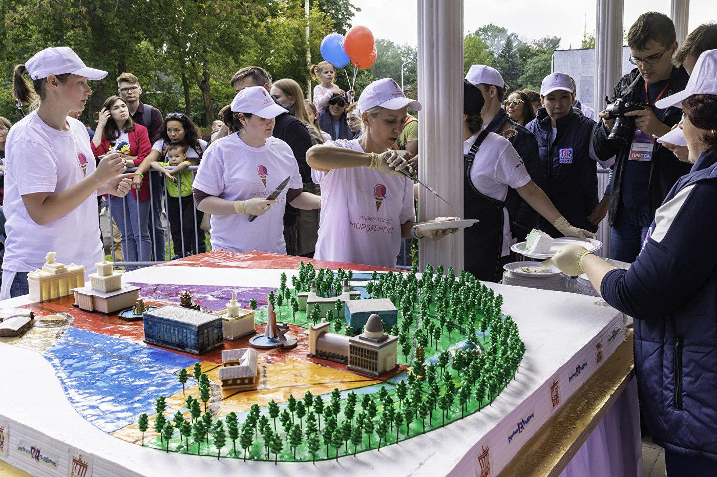 人们把为全俄国民经济成就展览馆建馆80周年特制的蛋糕分给所有想品尝的人