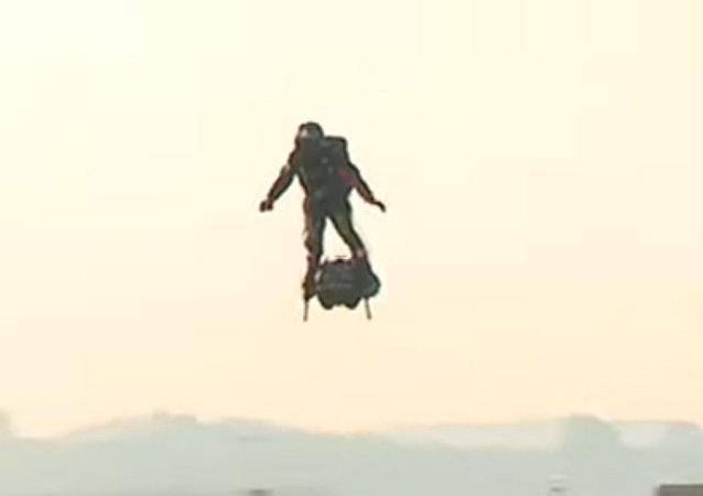 極限運動員搭乘飛行滑板飛越英吉利海峽