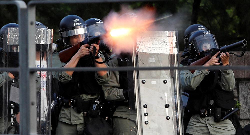 Полицейские применяют слезоточивый газ во время протестов в Гонконге