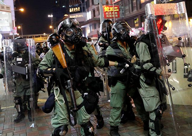 媒体:香港警方使用催泪弹驱散人群