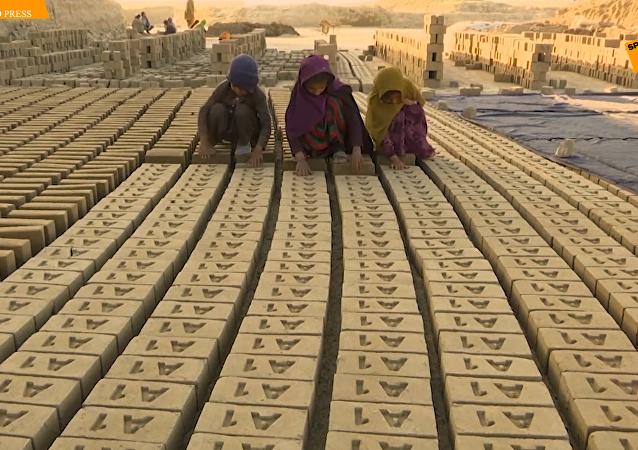阿富汗小小「磚廠工」