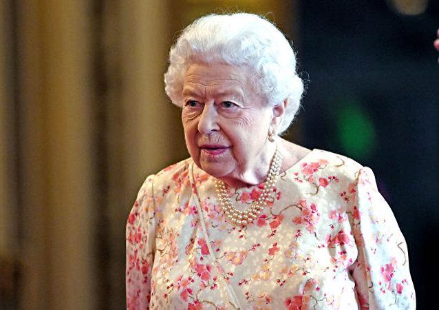 伊莉莎白二世因王冠太重首次破例未戴王冠统