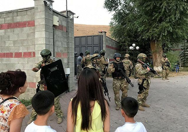 媒体:受伤的特种兵被抬出吉尔吉斯斯坦前总统官邸