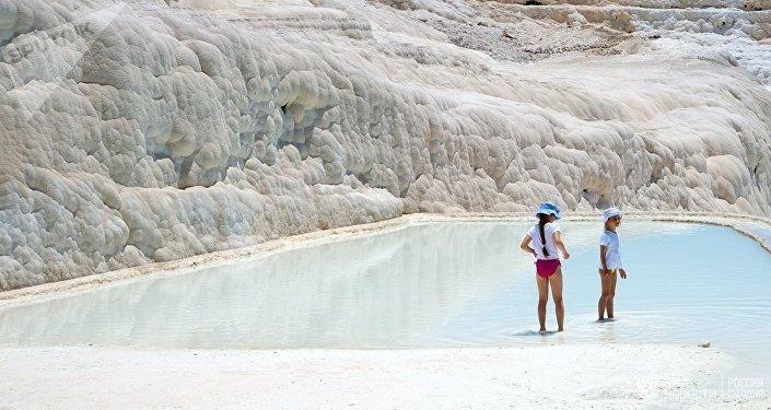 土耳其棉花堡温泉凭何吸引游客?