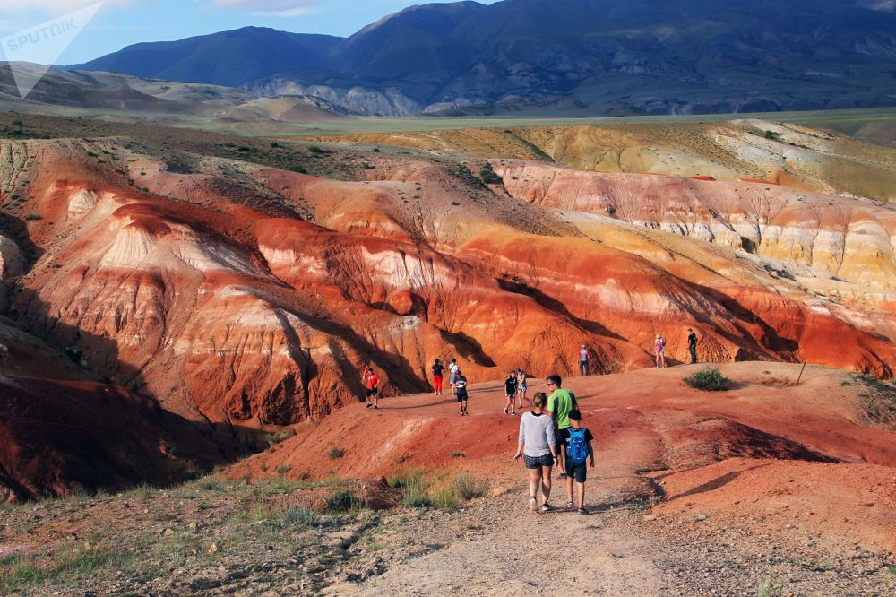 在阿尔泰共和国楚伊斯基草原克孜勒钦河山谷的旅游者