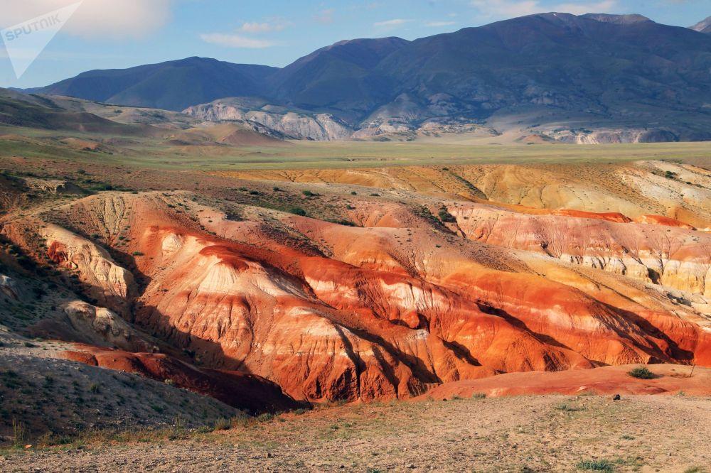 因为岩石中含有大量的汞,它们有着深浅不同的红色,从明亮的橙色到深褐色