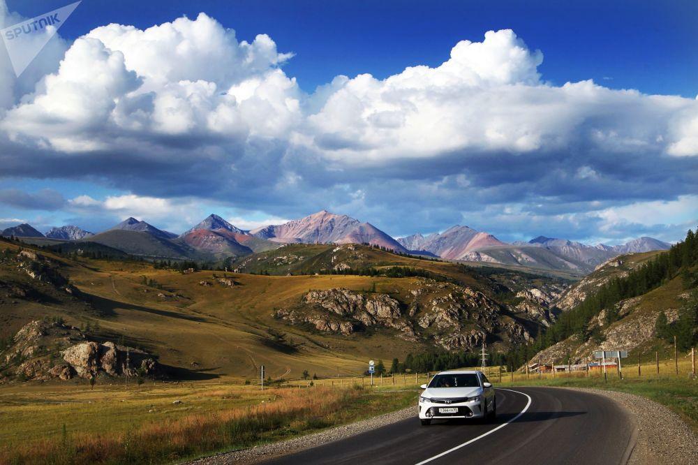 在阿尔泰共和国联邦公路上行驶的车辆。《国家地理》杂志把这条路列入全球十条最美的公路名单。