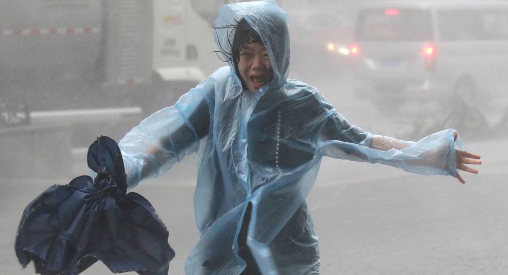 在中国肆虐的超强台风造成13人死亡,16人失踪