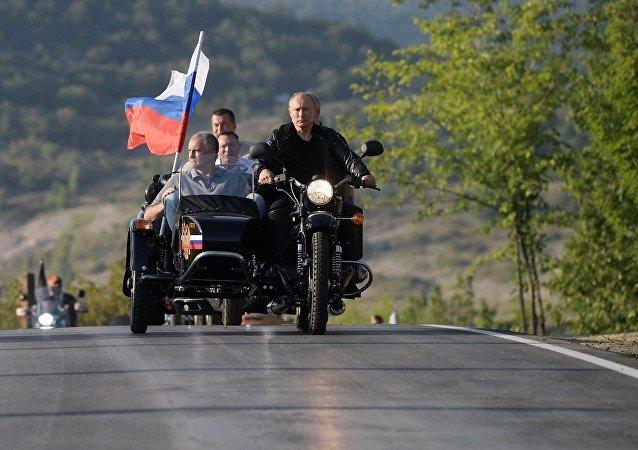 普京驾驶三轮摩托搭载克里米亚领导人和塞瓦斯托波尔领导人参加摩托车秀