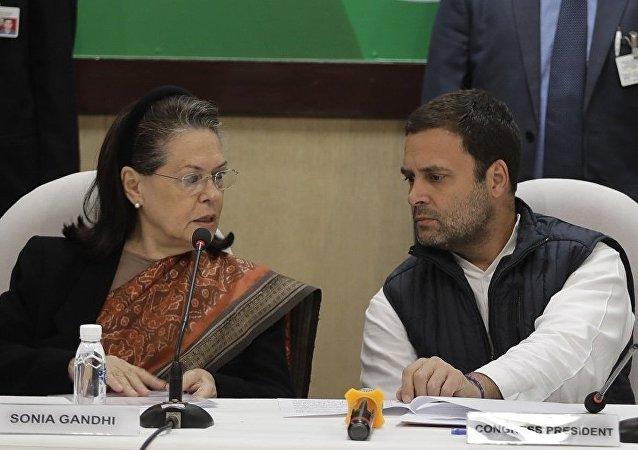 索尼娅·甘地(左)和拉胡尔·甘地