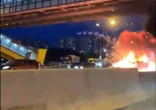 特斯拉汽車在莫斯科環城路上爆炸的視頻被拍下