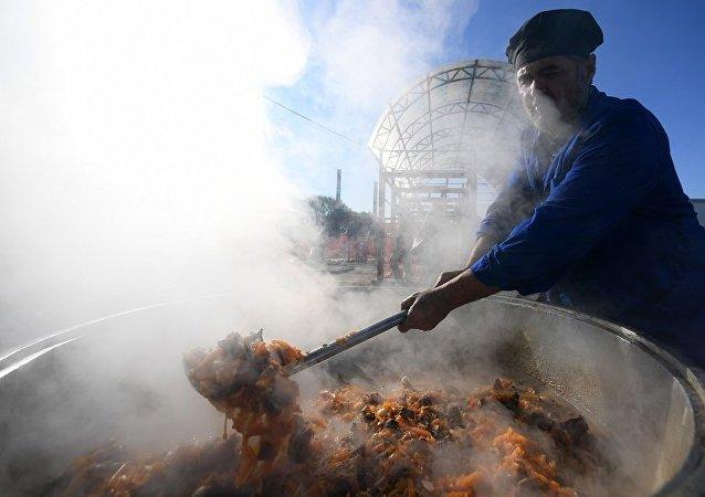 中国参赛官兵在古尔邦节品尝阿拉伯菜肴