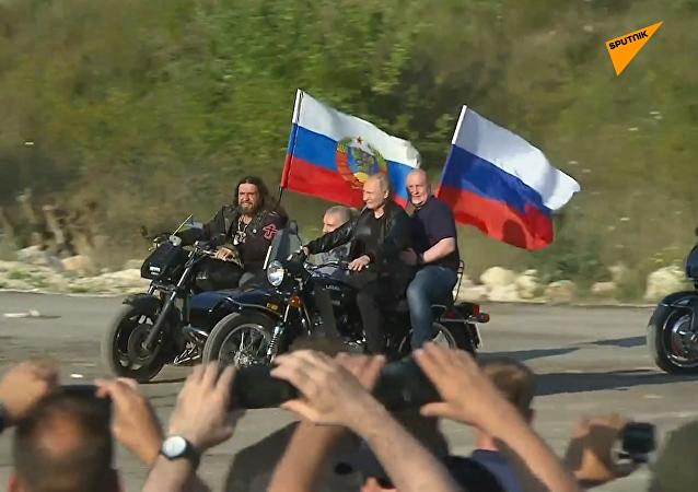 普京驾驶三轮摩托搭载克里米亚