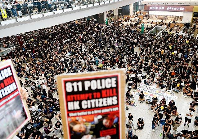 香港国际机场官员敦促乘客尽快离开客运大楼