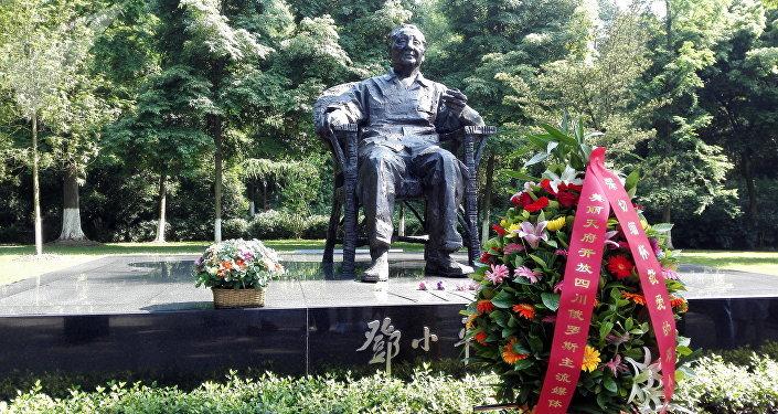 位於鄧小平故里廣安的紀念碑. 俄羅斯記者團向偉大的改革家鄧小平紀念碑敬獻的鮮花。