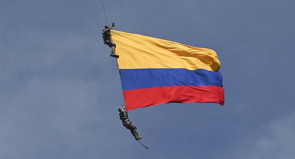 两名裹着国旗的哥伦比亚军人从直升机上坠亡
