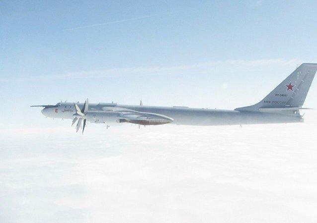 英国空军战斗机再次升空伴飞俄图-142飞机