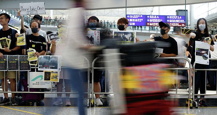 媒体:香港法院下强制令允许驱离机场示威者