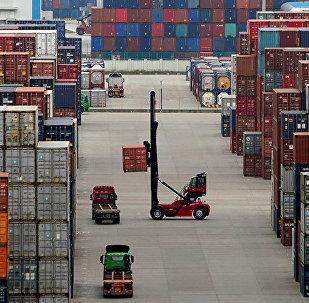 中国国务院宣布对原产于美国的750亿美元进口商品加征10%、5%不等关税,分两批自9月1日、12月15日起实施