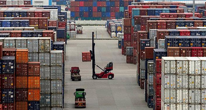 中國國務院宣佈對原產於美國的750億美元進口商品加徵10%、5%不等關稅,分兩批自9月1日、12月15日起實施