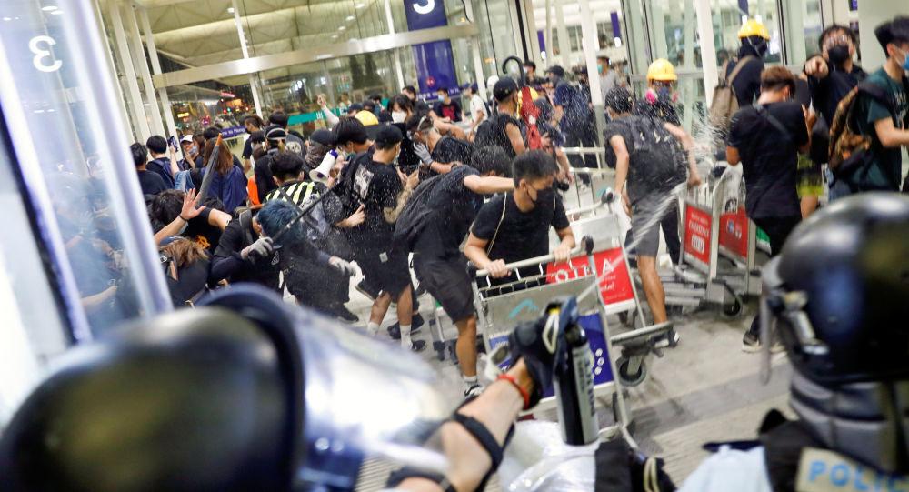 香港警方:机场事件中警方拔枪戒备正确合法